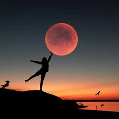 Catching the moon in Turkey 🌙 Rate this photo - - 📸 Silhouette Photography, Moon Photography, Silhouette Art, Creative Photography, Amazing Photography, Adventure Photography, Photography Ideas, Photos D'ombre, Cool Photos