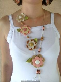 An easy way to incorporate recyclable materials in your jewelry is to make recycled jewelry beauties to hold on your chain bracelets or use as pendants on your pendants. Felt Necklace, Fabric Necklace, Diy Necklace, Crochet Necklace, Flower Necklace, Necklaces, Textile Jewelry, Fabric Jewelry, Felt Diy