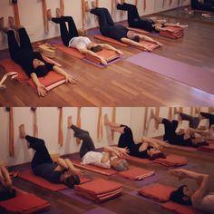Shoulders week, awareness, action... Garudasana on the floor #yoga #iyengar #iyengaryoga #yogini #yogateacher #yogastudio #yogagram #yogafam #yogaitalia#yogaitaly #yogini #yogaprops #yogapertutti #yogaforshoulders #garudasana