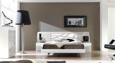 Espectacular dormitorio de matrimonio en lacado blanco brillo y arena, compuesto por cabecero y dos mesitas por 1.092€. Bañera opcional por sólo 282€. Xinfonier de 60cm con 5 cajones curvos opcional por 405€.