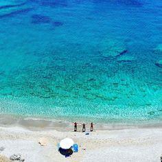 Εδώ ο χρόνος σταματά: Στο νησί με τις 18 παραλίες που μπορείς να πας ποδαράτο, θα κάνεις τις καλύτερες διακοπές της ζωής σου (Pics) Greek Islands, Greece, Waves, Instagram, Outdoor, Greek Isles, Greece Country, Outdoors, Ocean Waves