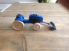Handgemaakt houten speelgoed: traktor Kleur en afwerking kan volledig zelf gekozen worden. Wenst u liever een houten look? of een geverfde versie. Interesse of vragen? Stuur gerust een berichtje