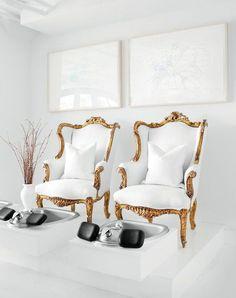 Ya me imagino a mí mi misma, sentada ahí, pies en alto, ojeando el último número de una revista, quizá con una copita de cava en mi mano, mientras dejo que me hagan la pedicura. Sí, habéis leído bien: pedicura. Y es que estos maravillosos butacones en dorado y blanco forman parte del mobiliario de …