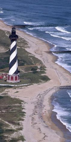 Cape Hatteras Lighthouse and the Atlantic Ocean Beautiful Buildings, Beautiful Places, Nc Lighthouses, North Carolina Vacations, Cape Hatteras Lighthouse, Outer Banks Nc, Lighthouse Pictures, Costa, Beach Aesthetic