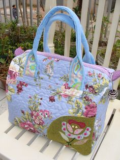Similar to baby bag. Felt Purse, Diy Purse, Patchwork Bags, Quilted Bag, Handmade Handbags, Handmade Bags, Bag Quilt, Shabby Chic Stil, Diy Wallet