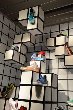 escaparate de zapatillas apoyadas en figuras de tetris, blancas con bordes negros. Alejandro Estevez