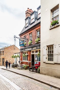 A pretty side street with a historic pub in Richmond, London.  #pub #richmond #london