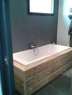 Contour de baignoire en ancien bois d'échafaudage.