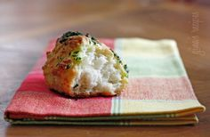 Easy Garlic Cheddar Biscuits #kidfriendly #sidedish #snack