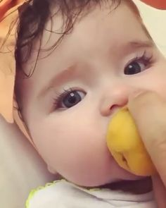 Funny Categories Fuunyy isn't so cute baby ?😍😍 you feel like you want eat her 😘💝💝 share with your friends Source by BebekBear Cute Baby Boy, Cute Funny Babies, Cute Little Baby, Baby Kind, Cute Baby Animals, Funny Kids, Little Babies, Baby Love, Cute Kids