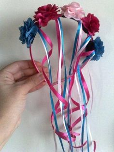 Discover recipes, home ideas, style inspiration and other ideas to try. Girls Hair Accessories, Handmade Accessories, Fiesta Theme Party, Hair Bow Tutorial, Christmas Gift Bags, Ribbon Work, How To Make Bows, Baby Headbands, True Religion
