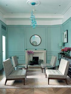 El color elegido para las paredes rompe con lo que podría haber sido un ambiente demasiado clásico y solemne. La lámpara de techo también es una buena opción.