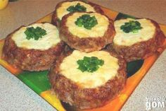 Мясные «ватрушки» — быстрый ужин Ингредиенты Фарш – 500 грамм; Сыр плавленый ( Хохланд «Сливочный» брикет) – 150 грамм; Творог – 300 грамм; Сыр твердый тертый -100 грамм; Яйцо куриное -1 шт. Специи – соль, перец, сухой чеснок Последовательность приготовления 1. В мясной фарш добавляем тертый сыр, специи и 1 сырое куриное яйцо. 2. Творог смешиваем с плавленым сыром. 3. Делаем из фарша гнезда и наполняем их творожной начинкой. Запекаем при 180 градусах 40 минут. 4. Сверху присыпаем зеленым…
