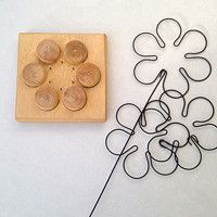 wire jig to make flowers Wire Crafts, Metal Crafts, Diy And Crafts, Arts And Crafts, Wire Hanger Crafts, Sculptures Sur Fil, Wire Jig, Craft Projects, Projects To Try