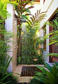 salle de bain exotique en dehors avec plantes vertes