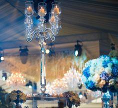 Casamento Asiático de luxo com lustres e flores como decoração  Os lindos lustres de cristal brilhante são obrigatórios em um casamento Asiático. Normalmente somos contratados para este tipo de casamentos para fornecer atmosfera com os nossos lustres. No London Grosvenor House, A JW Marriott Hotel, fornecemos cinco dos nossos lustres Maria Theresa Type-MT-30.  Uma atmosfera deslumbrante foi criada em combinação com um teto cheio de flores frescas. Maria Theresa, 30, Chandelier, Ceiling Lights, Lighting, House, Home Decor, Wedding Decoration, Crystal Chandeliers