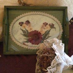 Bandeja de madera pintada con patinas, decorada con flor seca y pasamanería.