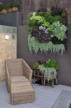 【屋外の寛ぎスペース】一人掛けソファとオットマンの置かれた庭のコーナー | 住宅デザイン