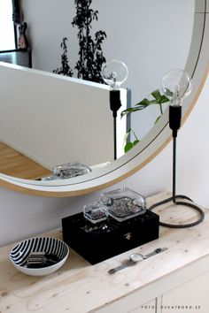 Vitriini glassboxes, Rörstrand bowl by Hanna Werning, Cord lamp from Design House Stockholm. Hemma hos www.dukatbord.se