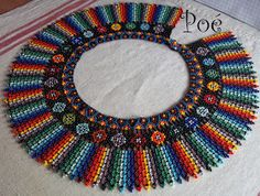 Poé gyöngyei: Mexicói gallér Beading Projects, Beading Tutorials, Beading Patterns, Seed Bead Jewelry, Bead Jewellery, Beaded Jewelry, Beaded Necklaces, Native Beadwork, Beaded Collar