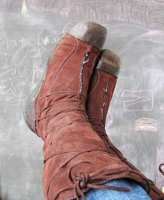How to extend the life span of worn boots Old Boots, Sew Simple, Diy Clothing, The Struts, Suede Boots, Make Me Smile, Dyi, Mattress, Medieval