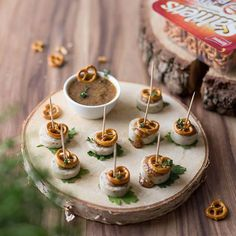 Saltletts inspiration - white sausage skewers with mini pretzels - Weisswurst skewers with Saltletts pretzels and sweet mustard – perfect for Oktoberfest! Sausage Appetizers, Holiday Appetizers, Oktoberfest Party, Party Finger Foods, Snacks Für Party, White Sausage, Party Buffet, Skewers, Clean Eating Snacks