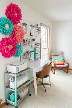 Top 10 Colorful & Organized Craft Room Ideas There's just something about a bright and colorful scraproom that makes my heart skip a beat. So you can bet that I was having major palpitations looking at these 10 colorful and organized cr… Sewing Room Design, Craft Room Design, Craft Room Decor, Craft Room Storage, Sewing Rooms, Craft Organization, Room Decorations, Home Decor, Decoration Crafts