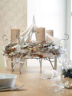 Design-Ideen für moderne Adventskränze: Tischkranz auf Bügelspitzen