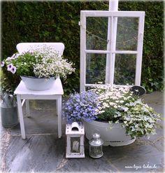 Altes Fenster und Blumen in Emaille