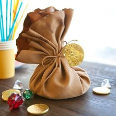Argh booty! These little bags of pirate treasures will make your party one to remember! Fill them with party favors and let the kids discover their own treasure ✨