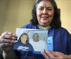 Lelia Pérez Meyer muestra una fotografía de ella con su hermano Louis, condenado a muerte por triple asesinato. EFE.