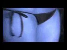 الكاميرا تستعرض بالتفصيل جسم فتاة بالبكيني جزء جزء