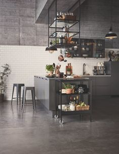 Sådan skal dit køkken se ud i 2019 HTH Køkkener has launched this new kitchen which has an industrial feel to it. They grey colours is also in line with the kitchen trends for American Kitchen Design, Small American Kitchens, Kitchen Chairs, Kitchen Furniture, Kitchen Decor, Cheap Furniture, Kitchen Ideas, Minimalist Kitchen, Black Kitchens