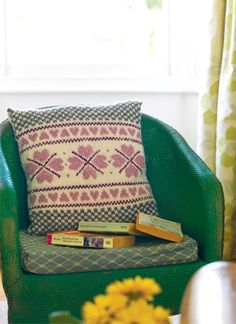Celebrate British wool with our soft Tess cushion cover by Sian Brown Knitting Charts, Knitting Patterns Free, Free Knitting, Free Pattern, Knitting Ideas, Cute Cushions, Knitted Cushions, Crochet Home, Knit Or Crochet