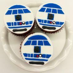 Bedeeboop R2D2 cupcakes! Star Wars Birthday Cake, Birthday Cakes, Cupcake Icing, Cupcake Cakes, Star Wars Party Food, Cupcake Couture, More Cupcakes, Nerf Gun, Birthday Decorations