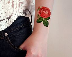 I love tattoos with a vintage feel to it and this drawing of roses is absolutely perfect. Its cute and stylish at the same time! A temporary tattoo
