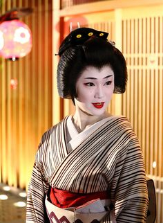 Maiko Ichimame Japanese Geisha, Japanese Beauty, Japanese Kimono, Vintage Japanese, Japanese Art, Nihon, Japan Fashion, Japanese Culture, Traditional Dresses