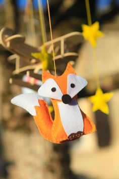 tuto diy mobile pour enfant le petit prince renard en feutrine Diy And Crafts, Arts And Crafts, Paper Crafts, Prince Nursery, Fox Party, Christmas Time, Christmas Ornaments, The Little Prince, Felt Art
