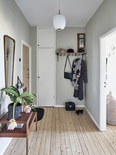 Apartment Interior, Home Interior, Apartment Living, Interior Decorating, Interior Design, Decoration Entree, I Coming Home, Tiny Spaces, House Entrance
