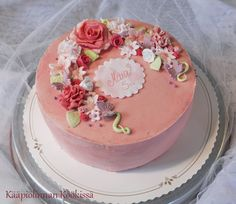 Kääpiölinnan köökissä: Pinkki kukkaiskakku mansikka-kinuskitäytteellä ♥