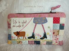 Labores de Tania Patchwork Bags, Quilted Bag, Anni Downs, Fibre And Fabric, Quilted Wall Hangings, Patch Quilt, Love Sewing, Cute Bags, Quilting Designs