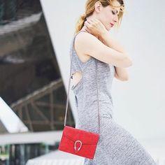 La bloggueuse @estelleblogmode porte élégamment la robe RUO de la collection Sud Express - Printemps/ Eté. #sudexpress #fashion #dress Look Urban Chic, Sud Express, Inspiration Mode, Ootd, Casual, Sportswear, Fashion Looks, Shoulder Bag, Grey