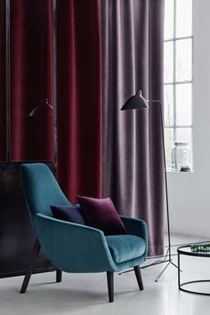 Velour curtain in an elegant Bordeaux combined with a lilac tweed fabric. With it a velour lounge chair in petrol. All fabrics are by Création Baumann: curtain VELLING and HARRY, chair VELLING Interior Styling, Interior Decorating, Interior Design, Deeper Shade Of Blue, Purple Interior, Art Deco Home, Red Rooms, Velvet Curtains, House Inside