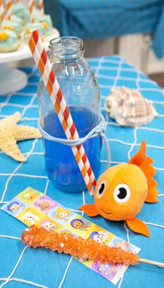 Add some fish netting over your table to go with the under the sea theme! have to remember for when I do an aerial themed birthday party Ocean Party, Luau Party, Birthday Party Themes, Birthday Ideas, Bubble Guppies Birthday, Under The Sea Theme, Goody Bags, Ocean Themes, Summer Parties