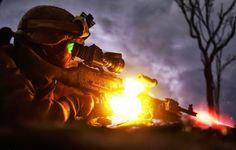Ametrallador de la compañía Lima, tercer Batallón del Tercer Regimiento de los Marines, Fuerza Rotacional Darwin, disparando una M240 durante ejercicios de ataque de escuadra. En los ejercicios de entrenamiento los Marines usan ametralladoras, francotiradores y fusileros para repeler un ataque enemigo simulado #AIRSOFT #marines