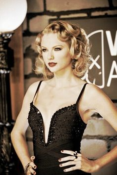 Taylor Swift at the 2013 MTV VMA's. Love the retro curled hair,