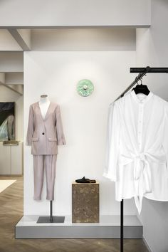 The new Viktoria & Woods Boutique in Mosman, North Sydney, has been designed by Melbourne-based studio Golden . In harmony with the intim. Sustainable Textiles, Wood Store, Accessories Display, Retail Experience, Geometric Form, Modern Wardrobe, Changing Room, Space Gallery, Center Stage