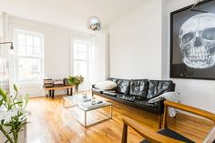 Appartement à New York, États-Unis. West village is the coziest neighborhood in Manhattan. Here you live where Carrie in sex and the city lived. 1 minute from designer shops like Marc Jacobs, Michael Koors, James Perse, Ralph Lauren among many others.  You have bakery's and restaura...