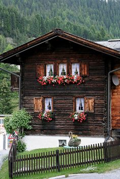 A Swiss house Swiss chalet ~ Arosa, Switzerland Alpine Chalet, Swiss Chalet, Swiss House, Beautiful Homes, Beautiful Places, Chalet Style, Cabins And Cottages, Cabins In The Woods, Log Homes