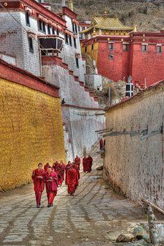 Der Tibetische Buddhismus (anders als Lamaismus bezeichnet ) wird ausschließlich in tibetischer Sprache abgehalten. Der Einfluss dieser religiösen Strömung auf das tibetische Leben war und ist weiterhin sehr groß.